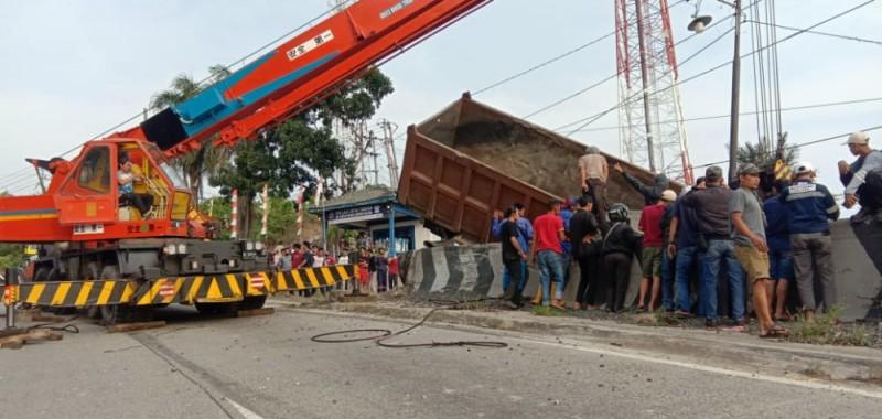 Rem Blong, Tronton Nyaris Terjun ke Jurang di Tanjakan Tarahan
