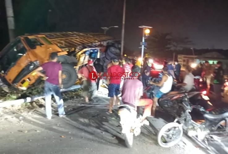 Rem Blong, Truk Fuso Tabrak Tiang Listrik hingga Ringsek