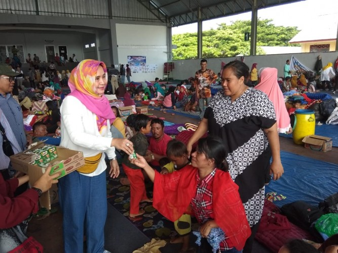 Riana Sari Arinal Bantu Korban Tsunami Lampung Selatan
