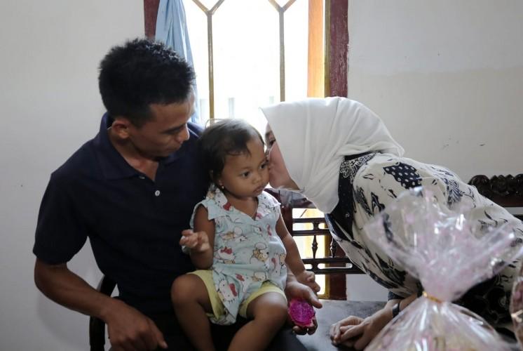 Riana Sari Menangis Santuni 2 Anak Korban Selamat Kecelakaan Jalan Tol
