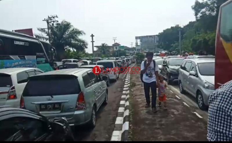 Ribuan Kendaraan Menuju Pelabuhan Bakauheni Terjebak Macet 5 Km