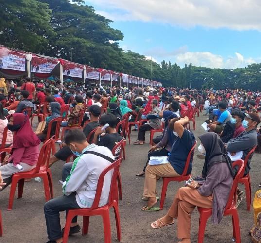 Ribuan Warga Bandar Lampung Ikuti Vaksinasi Covid-19 di Lapangan Saburai