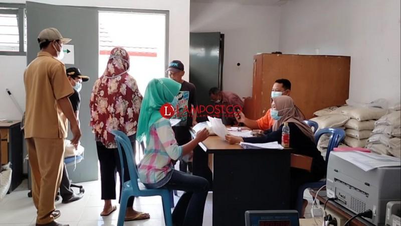 Ribuan Warga Palas Terima BST di Kantor Pos