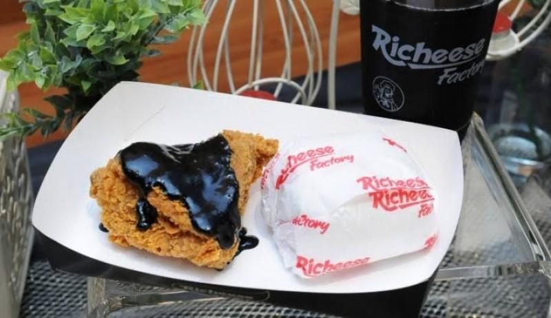 Richeese Factory Hadirkan Menu Ayam Saus Charcoal