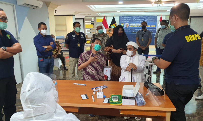 Rizieq Shihab Menjalani Tes Swab Sebelum Diperiksa