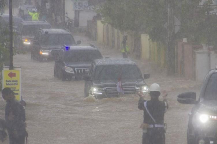 Rombongan Jokowi Terabas Banjir di Kalimantan Selatan