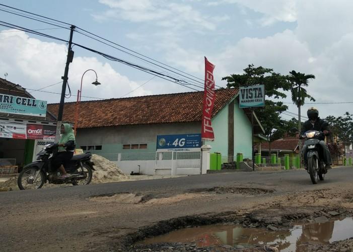 Ruas Jalan Provinsi di Tiyuh Dayasakti Rusak Berlubang