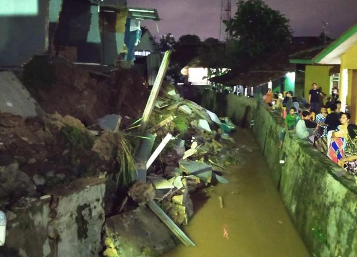 Ruko di Tanjungkarang Barat Ambrol Akibat Hujan Deras