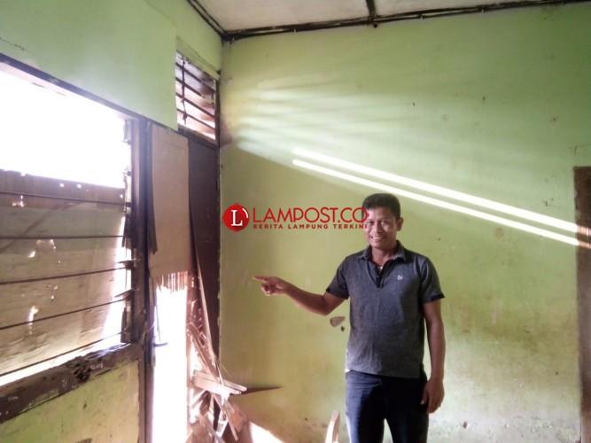 Rumah Dinas Guru di Nusawungu Terbengkalai