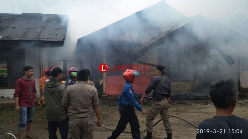 Rumah Dinas SDN 2 Padangcahya Terbakar