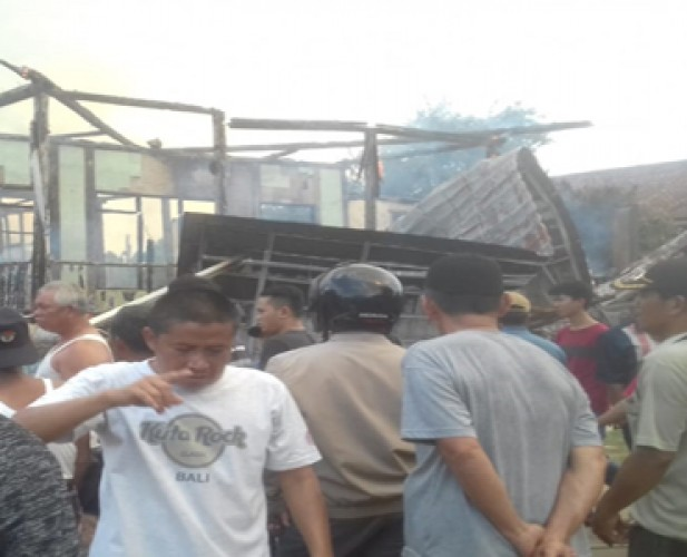 Rumah Panggung yang Ditinggal Pemilik Habis Terbakar