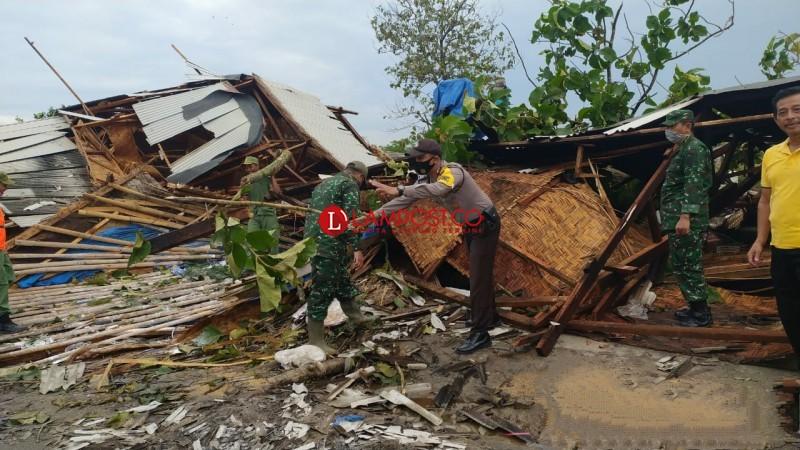Rumah Tukang Kerupuk di Jatiagung Roboh Diterjang Angin
