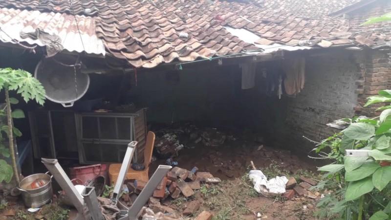 Rumah Warga Jebol Akibat Sungai Kaliawi Meluap