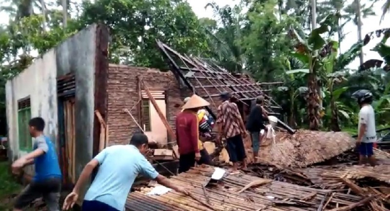Rumah Warga Sidomulyo Ambruk Diterjang Angin Kencang