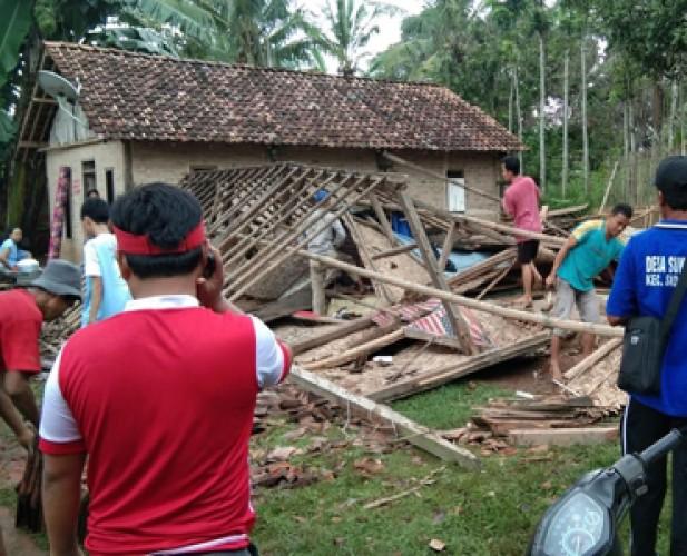 Rumah Warga Sukamaju Ambruk Usai Diguyur Hujan Deras