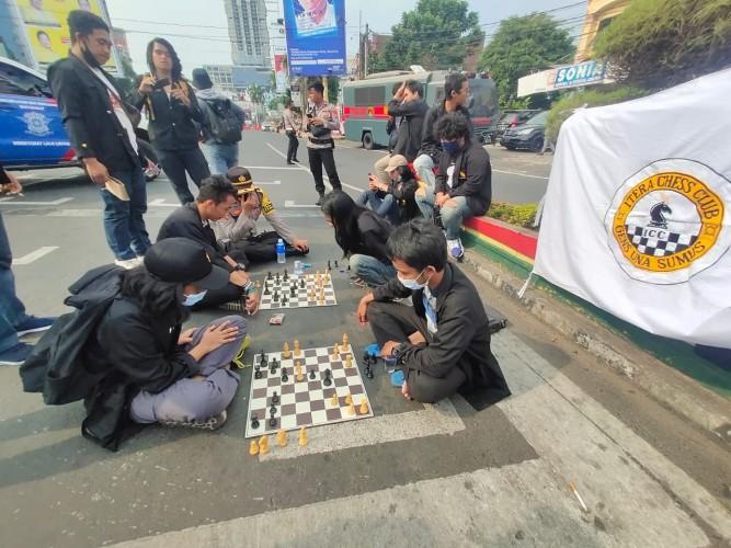 Sambil Demo, Mahasiswa Itera Asik Main Catur di Tengah Jalan