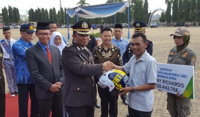 Sambut Hari Perhubungan Nasional, BPJSTK Bandar Lampung Bagikan Helm ke Peserta