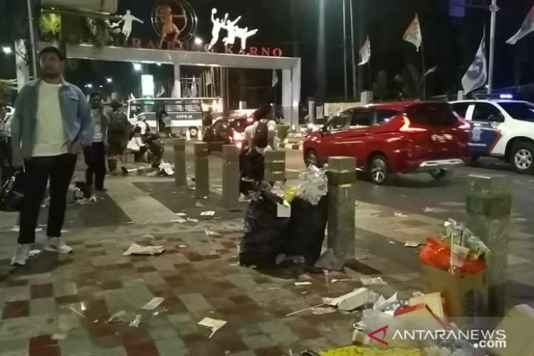 Sampah Berserakan di Area Luar GBK