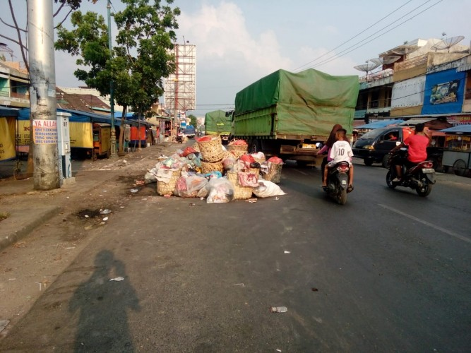 Sampah Busuk di Pasar Inpres Bukit Kemuning Resahkan Warga