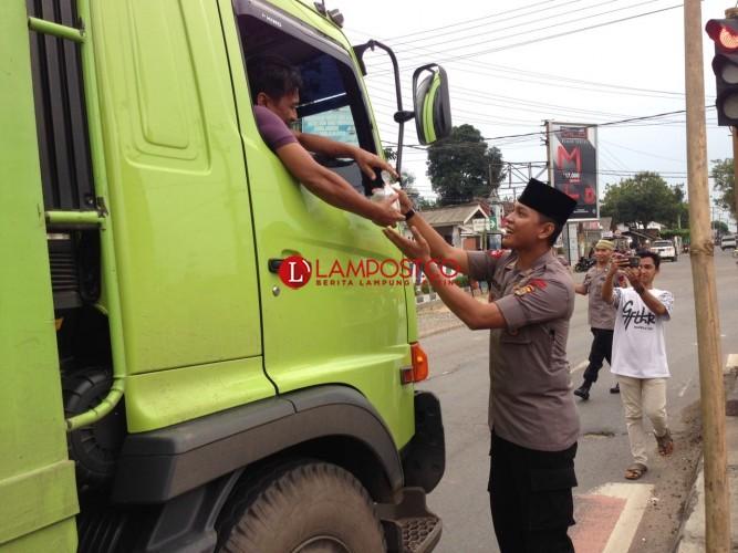 Sat Brimob Menggala Polda Lampung Bagikan Takjil di Menggala