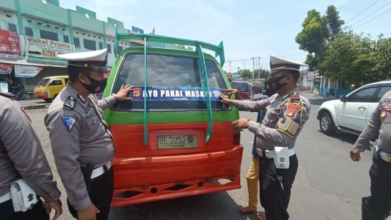 Sat PJR Tempel 250 Stiker Imbauan Penggunaan Masker di Kendaraan Umum