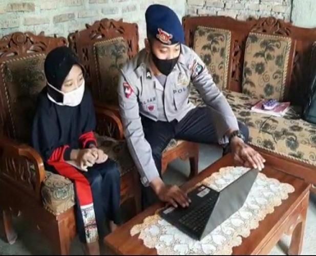 Satbrimob Polda Lampung Bantu Siswa yang Kesulitan Akses Internet