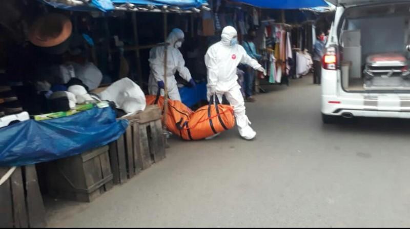 Satgas Covid-19 Lampura Evakuasi Mayat di Pasar Pagi