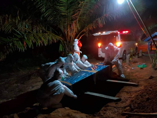 Satgas Lambukibang Makamkan Dua Jenazah Pasien Covid-19