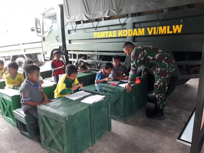 Satgas Pamtas Yonif 623/BWU Manfaatkan Garasi Truk untuk Ruang Belajar Anak-Anak di Nunukan