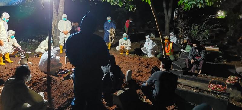 Satgas Provinsi Bantu Satgas Kota yang Kelelahan Makamkan Jenazah Covid-19
