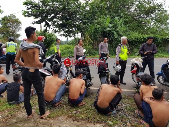 Satlantas Bubarkan Belasan Remaja Nongkrong dan Freestyle Motor