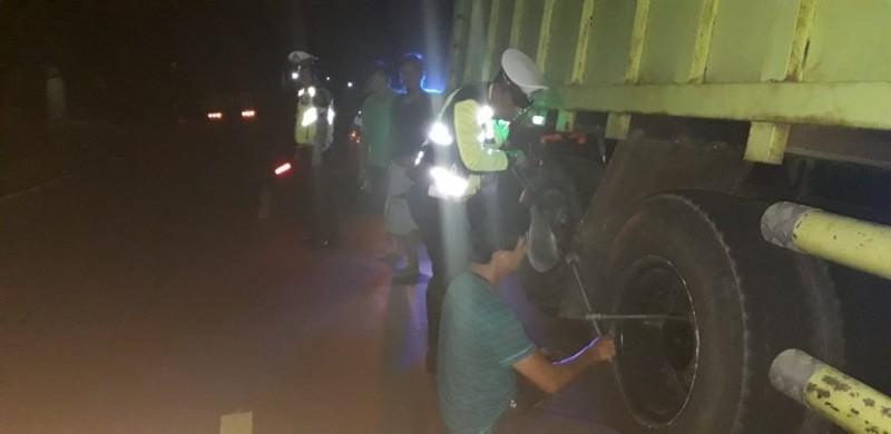 Satlantas Polres Lambar Bantu Sopir Truk Alami Pecah Ban