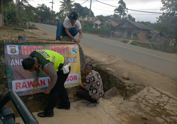 Satlantas Polres Lampung Utara Pasang Imbauan Rawan Longsor