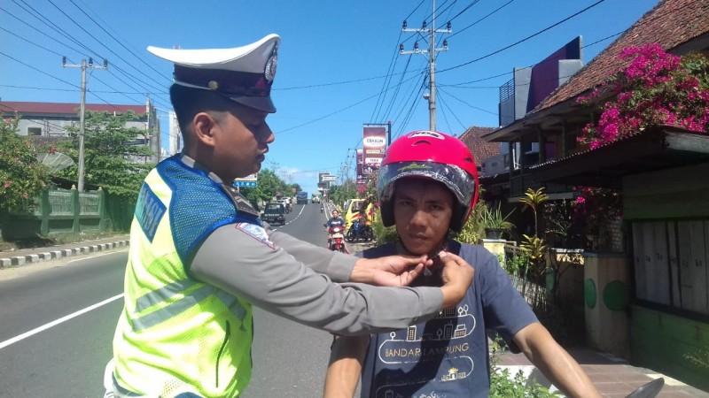 Satlantas Polres Way Kanan Bagikan Helm kepada Pengendara Motor