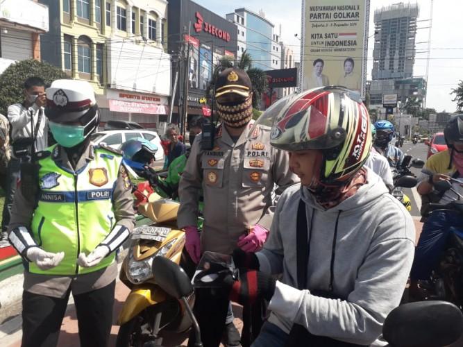Satlantas Polresta Bagikan Ratusan Masker dan Makanan Bergizi