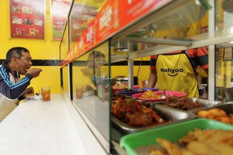 Satpol PP Ingatkan Pemilik Warung Makan Soal Aturan Makan 20 Menit