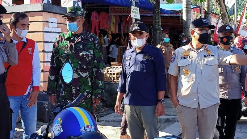 Satpol PP Lampung Beri Sanksi Pengunjung Pasar Tanpa Masker di Lambar