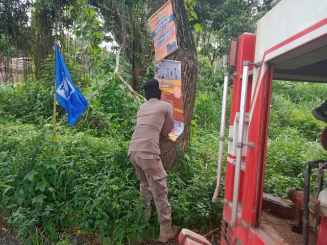 Satpol PP Lamsel Bersihkan Reklame di Pohon dan Tiang Listrik