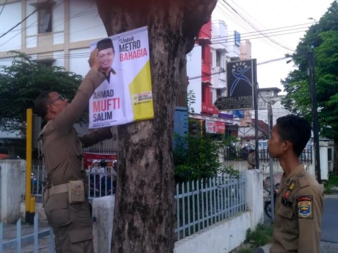 Satpol PP Metro Bersih-bersih Baliho Bakal Calon Kepala Daerah