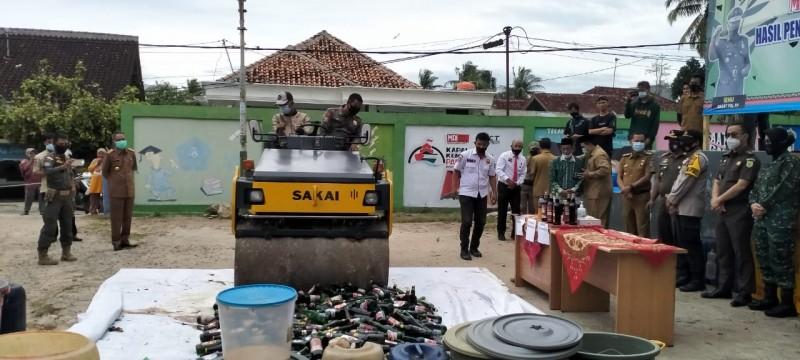 Satpol PP Pringsewu Musnahkan Ratusan Liter Tuak dan Botol Miras