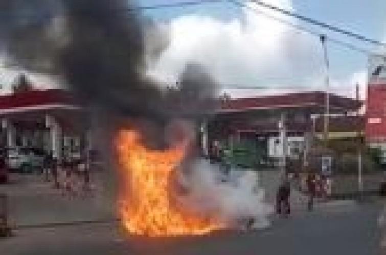 Satu Motor Terbakar di Depan Pom Bensin Langkapura