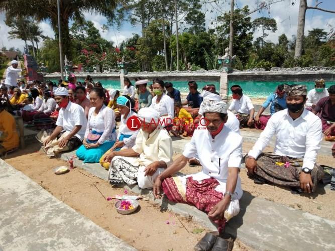 Sebagian Umat Hindu di Lambar Rayakan Galungan di Rumah