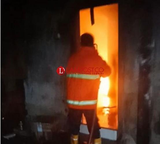 Sebuah Gedung Perkantoran di Natar Terbakar