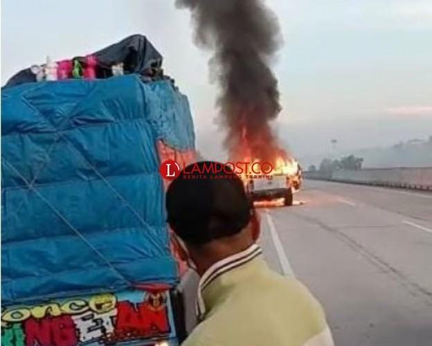 Sebuah Mobil Terbakar di Jalan Tol Kalianda