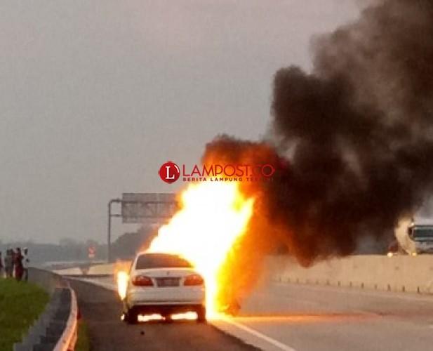 Sedan Terbakar di Tol Sidomulyo