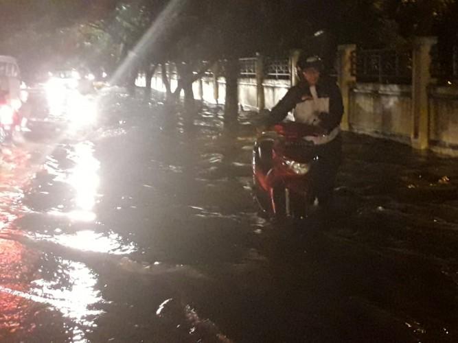 Sejumlah Motor Mogok saat Terobos Banjir di Jalan Pulau Sebesi