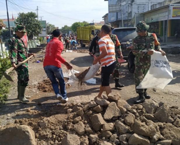 Semangat Juang TNI Bersihkan Lingkungan