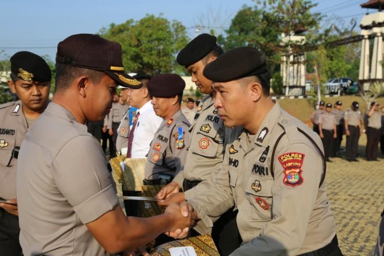 Berprestasi, 9 Anggota Polres Lampura Diganjar Penghargaan