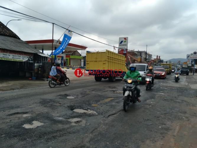 Sepanjang Jalan Tirtayasa Berlubang, Warga Harapkan Perbaikan