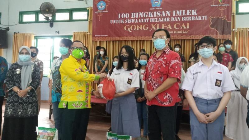 Seratus Siswa Etnis Tionghoa Dapat Bantuan Sembako dari PSMTI